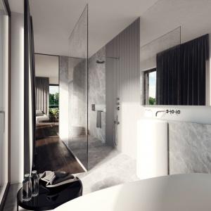 Łazienka to prawdziwy luksusowy salon kąpielowy. Tutaj przyszli domownicy poczują się jak na łonie natury - zarówno za sprawą naturalnych materiałów wykończeniowych, jak i malowniczego widoku za oknem. Projekt: Tamizoo Architects. Fot. Echo Investment.