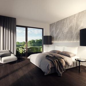 W przestronnej sypialni stanęło duże łoże małżeńskie, otoczone z dwóch stron gustownymi kinkietami w eleganckich abażurach. Projekt: Tamizoo Architects. Fot. Echo Investment.