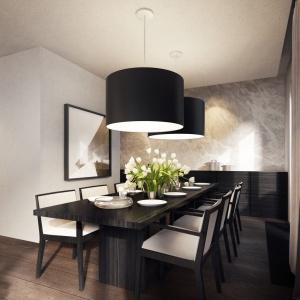 Stołowi z ciemnego, egzotycznego drewna towarzyszą tapicerowane krzesła z jasnym obiciem. Całości dopełniają dwie eleganckie lampy w abażurach, kolorystycznie nawiązujących do mebli. Projekt: Tamizoo Architects. Fot. Echo Investment.