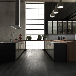 Model Vogue włoskiej marki Binova to elegancka kuchnia, której fronty wykończono w połysku, metalicznym lakierem,  którego kolor i rysunek przypomina tytan. W połączeniu z betonowymi ścianami, loftowymi lampami i wysokim sufitem jest idealnym przykładem designerskiego industrializmu. Fot. Binova/Kari Mobili.