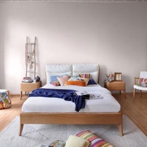 Kolekcja Dream. Miękkie, skórzane poduszki wezgłowia sugerują, że łóżko służy nie tylko do spania. Można w nim poczytać, posłuchać muzyki lub zjeść coś pysznego. Fot. Swarzędz Home.
