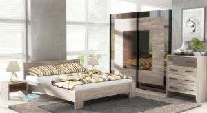 Meble z jasnym rysunkiem drewna są klimatyczne oraz budzą jak najlepsze skojarzenia. Dzięki nim sypialnia staje się oazą relaksu i wypoczynku.