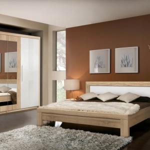 W ramach kolekcji Julietta dostępne są: pojemna szafa, łóżko, szafka nocna oraz szeroki wybór komód. Kolorystyka to połączenie lekkiej bieli z wyrazistym dębem. Fot. Forte.