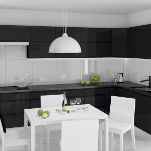 Bieli i czerń to zawsze udany zestaw. W tej nowoczesnej kuchni połączonej z jadalnią sprawdza się znakomicie. Fot. Castorama, kuchnia z kolekcji Unik.