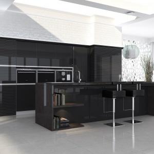 Ciemne formy wykończone lakierem w wysokim połysku nadają przestrzeni kuchni elegancki charakter. Fot. Witt Kuchnie, kuchnia Ellis.