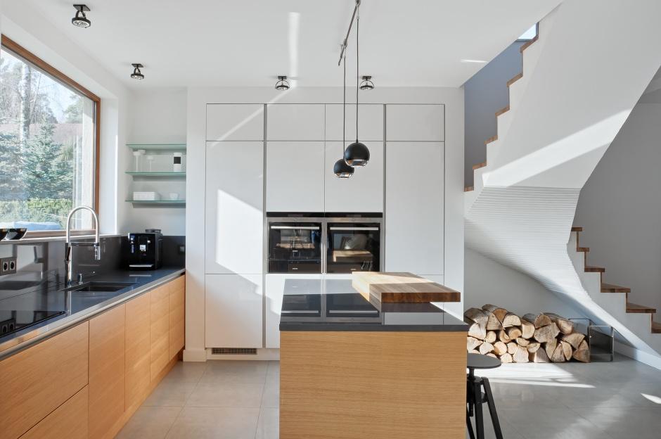 Nowoczesna kuchnia z wysoką Biała kuchnia ocieplona   -> Kuchnia Nowoczesna Z Drewnem