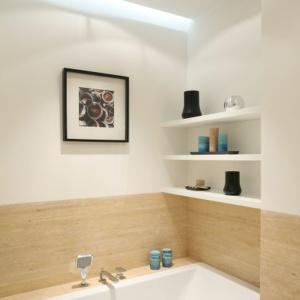 Biel i beże to modne połączenie kolorów - dzięki niemu łazienka będzie modna przez długie lata. Projekt: Anna Maria Sokołowska. Fot. Bartosz Jarosz.