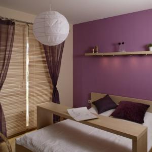Mobilne meble to najlepsze rozwiązanie do niewielkiej sypialni. W tym wnętrzu projektant wykorzystał łóżko z przesuwanym stolikiem na śniadanie lub laptopa. Projekt: Lucyna Stefaniak Fot. Bartosz Jarosz.