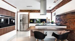 Fronty kuchni Brick II wykończone są białym MDF-em w połysku.
