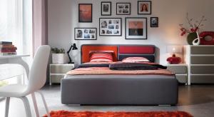 Łóżko tapicerowane z kolekcji Possi z możliwością konfiguracji wezgłowia dedykowane jest nowoczesnym wnętrzom. Ciekawa faktura obicia i minimalistyczny design dodaje mu niepospolitego, wyrazistego charakteru.