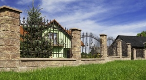 Ogrodzenie łupane GORC de Luxe – kolor Vera swoim wyglądem nawiązuje do materiału, który od dawna stosowany był w budownictwie – kamienia.