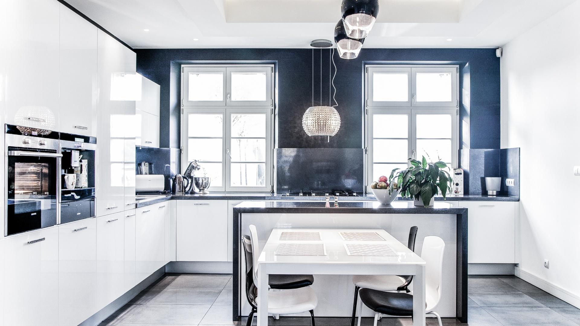 Kuchnia black & white - serce domu. Zaprojektowana z żelazną konsekwencją w dwóch kolorach, jak kostium chanel. Elegancka, ponadczasowa i nowoczesna a zarazem niezwykle wygodna.  Autorem jest Jolanta Hercuń, Inargo. Fot. Archiconnect.pl
