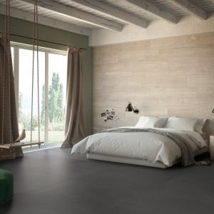 Płytki imitujące drewno na ścianie w sypialni. Fot. Fondovalle.