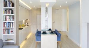 Kuchnia z dużym, wygodnym stołem to centrum tego małego mieszkania. Otwarte na salon i hol wnętrze jest jasne oraz bardzo przytulne.