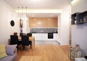 Dębowe fronty kuchenne idealnie współgrają z drewnianą podłogą.