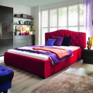 Aleksandra to stylizowane, tapicerowane łoże do sypialni, którego głównym atutem jest dekoracyjny zagłówek. Wykończono go drobnymi nitami i pikowaniami. Fot. BRW.