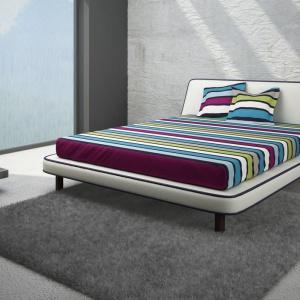 Oryginalne, tapicerowane łóżko Symple zwraca uwagę zagłówkiem o nietypowym kształcie. Fot. Vieri Divani.