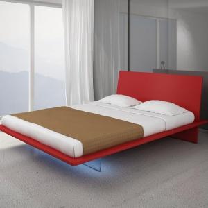 Revolution to łoża sypialniane wyróżniające się lekką, geometryczną formą. Zagłówek łączy się z podstawą pod odpowiednim kątem. Podstawa  wykonana jest z podświetlonej płyty wykonanej ze szkła hartowanego. Fot. Vieri Divani.