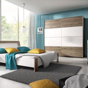 Sypialnia Beta wyróżnia się nowoczesną, przyjazną kolorystyką. Do wyboru kilka opcji, m.in. dąb łączony z bielą, kolorem lava i lustrem. Fot. Helvetia Wieruszów.