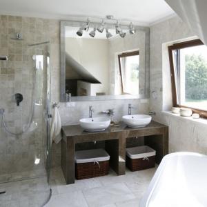 Lekka, narożna kabina prysznicowa jest niemal niewidoczna na tle ściany. Projekt: Beata Ignasiak. Fot. Bartosz Jarosz.