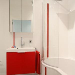 Wanna z półokrągłym parawanem pozwala wziąć szybki prysznic bez chlapania wody na podłogę. Projekt: Iza Szewc. Fot. Bartosz Jarosz.