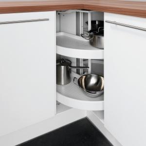 Półki typu karuzela są tak skonstruowane, że front szafki składa się do środka podczas ich obrotu. Specjalny mechanizm zaś kontroluje ruch obrotowy. Na zdjęciu: meble kuchenne marki Pino. Obrotowe półki z antypoślizgowym dnem. Fot. Pino.