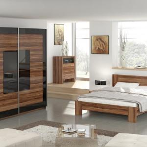 Meble do sypialni Diana w kolorze orzecha rdzeniowego. W skład kolekcji wchodzą: dwudrzwiowa szafa, dwuosobowe łóżko, szafka nocna i komoda. Fot. Agata Meble.