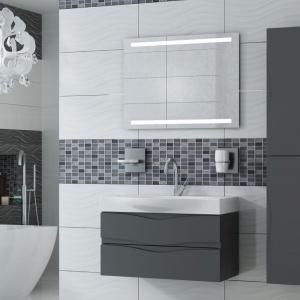 Podwieszane szafki łazienkowe w stonowanym kolorze to seria Wave marki Antado. Fot. Antado.