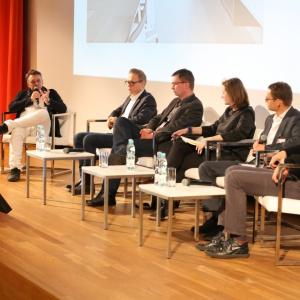 Podczas Forum porozmawiamy m.in. o tym, jak projektować, żeby zarobić? Co pozwala twórcom przewidzieć, co będzie modne i jak trafić w gusta odbiorców? Czy we współczesnym, szybko zmieniającym się świecie łatwo jest sprostać oczekiwaniom konsumentów? Fot. Bartosz Jarosz.