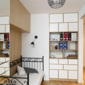 Wnętrza inspirowane stylem skandynawskim mogą być bardzo małe. Jasne kolory, naturalne drewno i minimalistyczne dodatki sprawiają, że pomieszczenie nabiera nie tylko ciekawego klimatu, ale i przestrzeni. Projekt: Ewa Para. Fot. Bartosz Jarosz