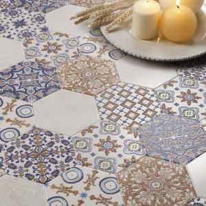 Stylizacja patchworku z ręcznie wyszywanych tkanin – płytki ceramiczne Eleganza Harmony Peronda. Fot. Peronda.