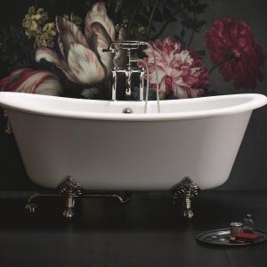 Z materiału ciepłego w dotyku - wanna z konglomeratu Vine Arcade/Bathroom Brands. Cena: ok. 15.990 zł. Fot. Bathroom Brands.