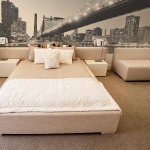 Widok na wielkie miasto sprawi, że przestrzeń sypialni nabierze głębi, ale też nowoczesnego wyrazu. Na ścianie w tej sypialni widnieje oświetlony most brookliński. Fot. Big Trix.
