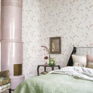 Delikatne kwiatuszki, którymi usiana jest tapeta, sprawdzą się w kobiecym wnętrzu, urządzonym w stylu romantycznym. Fot. Boras Tapeter.