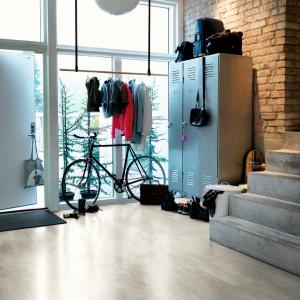 Luksusowa podłoga winylowa w kolorze jasnoszarego betonu.  Idealnie pasuje do nowoczesnych pomieszczeń.  Dzięki zastosowanej technologii TitanV™ jest niesamowicie odporna na zarysowania, przebarwienia i w 100% wodoodporna! Fot. Pergo.