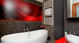 Tradycyjne białe łazienki nadal są modne. Coraz częściej jednak wkradają się do nich kolorowe elementy, które wypełniają wnętrza dynamizmem. Przedstawiamy 15 łazienek, do których architekci i projektanci wnętrz serwisu Archiconnect.pl, przem