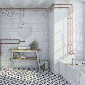 Na podłodze w białej łazience ułożono płytki we wzory, z kolekcji Ladakhi marki Vives. Fot. Vives.