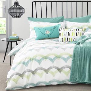 Błękity i turkusy wprowadzają do sypialni świeży powiew. To także doskonała baza do aranżacji w stylu marynistycznym. Fot. Next.