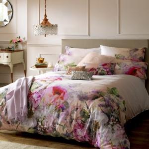Kwiaty to najprostszy i jednocześnie sprawdzony sposób, aby do sypialni wprowadzić elegancki klimat. To także dobry dodatek do kobiecych aranżacji. Fot. Housing Units.