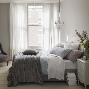 Miękka pościel, lekka narzuta, duża ilość poduszek i artystyczny nieład to składowe pięknie zaaranżowanej przestrzeni spania. Tak zaścielone łóżko będzie wręcz zapraszać do tego, by się na nim położyć. Fot. House of Fraser.