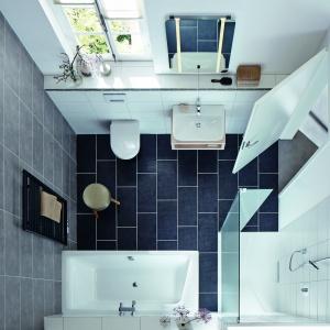 Brak wysokiego brodzika stwarza wrażenie powiększenia wnętrza – łazienka z  powierzchnią prysznicową Xetis i wanną Puro Duo firmy Kaldewei. Fot. Kaldewei.