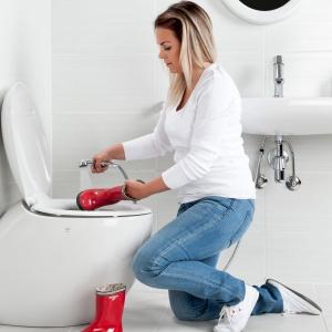 Bidetta baterii Alessi One by Oras może obsługiwać zarówno umywalkę, jak i sedes (dzięki temu zyskuje on funkcję bidetu). Fot. Oras.