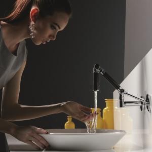 Można ją obracać na wszystkie strony, także by np. nalać wodę do wazonu ustawionego obok na blacie – bateria umywalkowa Karbon firmy Kohler. Fot. Kohler.