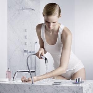 Z rączką przystosowaną do hydroterapii - bateria umywalkowa z konceptu Smart Water firmy Dornbracht. Fot. Dornbracht.