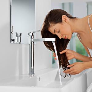 Wysoki korpus umożliwia umycie np. mycie włosów nad umywalką - bateria Lineare firmy Grohe. Fot. Grohe.