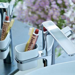 Z kubeczkiem na przybory do mycia zębów - bateria umywalkowa Axor Urquiola firmy Hansgrohe. Fot. Hansgrohe.
