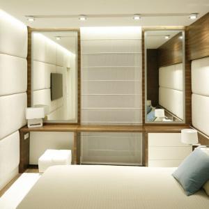 Lustra w sypialni nie tylko powiększą optycznie przestrzeń, ale również sprawią, że aranżacja będzie jaśniejsza. Odbijają one bowiem światło lamp. Projekt: Monika i Adam Bronikowscy. Fot. Bartosz Jarosz.