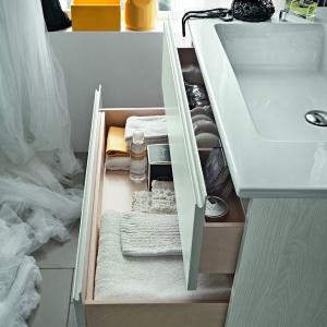 Wyższa szuflada z przegródkami na kosmetyki, niższa na ręczniki – szafka podumywalkowa Hito firmy Arblu. Fot. Arblu.