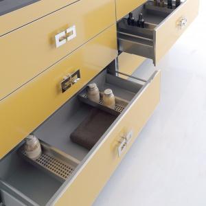 Organizery umożliwiające przechowywanie na kilku poziomach - szafka podumywalkowa Fussion firmy Fiora. Fot. Fiora.