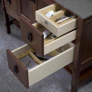 Każda szuflada ma wyjmowany organizer z drewna - szafka podymywalkowa Marabou firmy Kohler. Fot. Kohler.